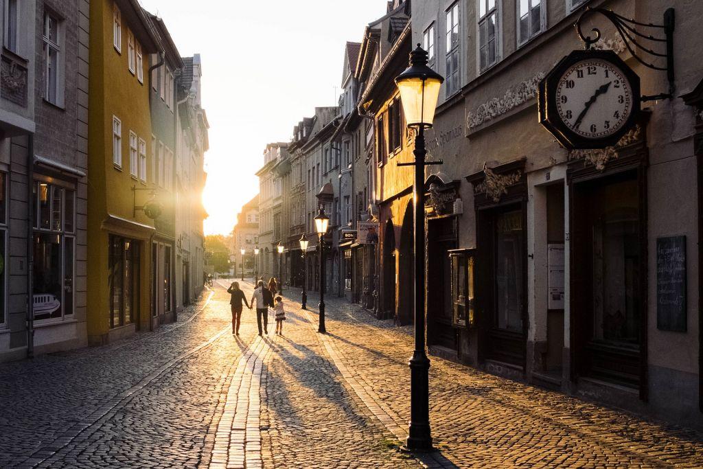 Kuvassa kadulla ihmisiä, onnellinen tunnelma. Kuva: Pixabay